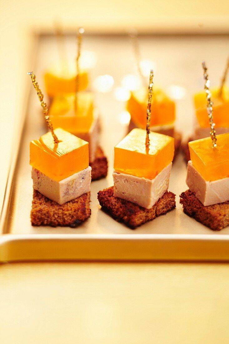 Häppchen mit Foie Gras und Armagnac-Gelee auf geröstetem Honigbrot
