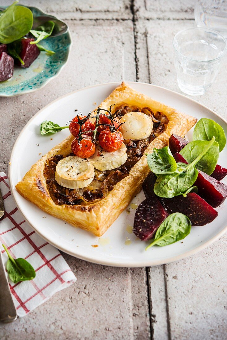 Onion, goat's cheese and roasted tomato tartlet, beetroot-spinach salad