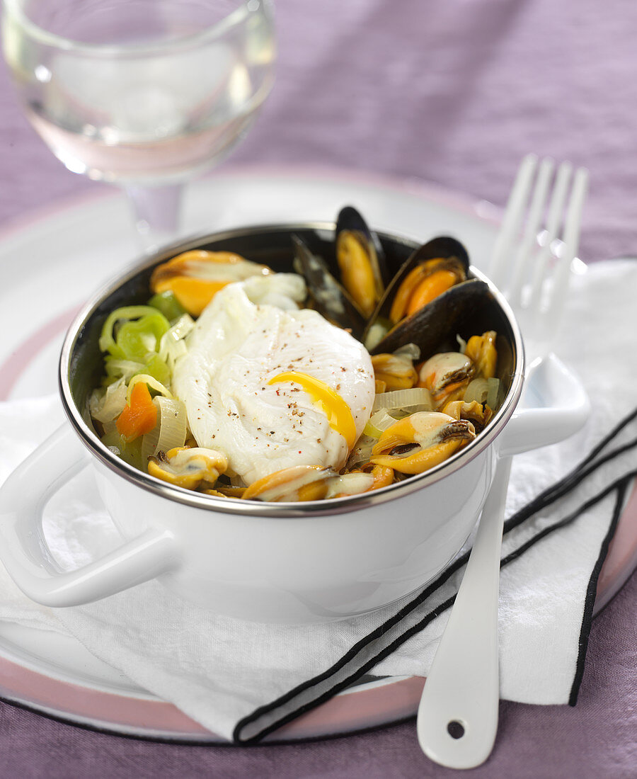 Mussels with curry, leeks and a poached egg
