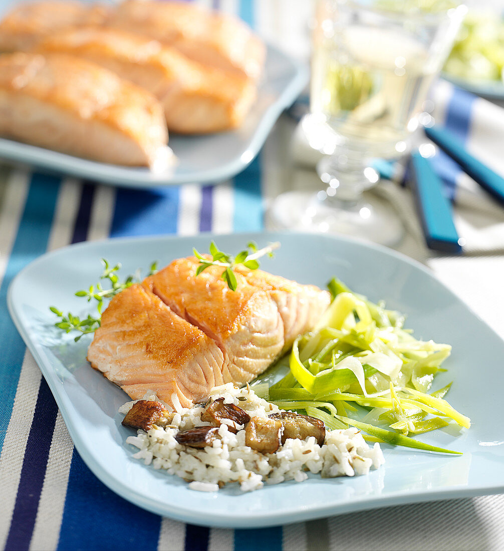 Thick piece of salmon with rice and mushrooms, aubergines and tender leeks