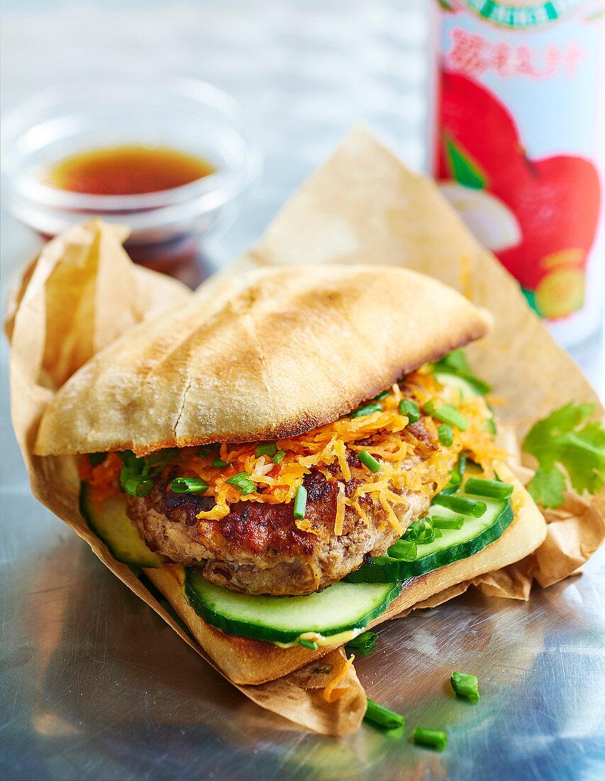 Bahn Mi Burger (Burger mit Gurken, Karotten und Koriander, Asien)