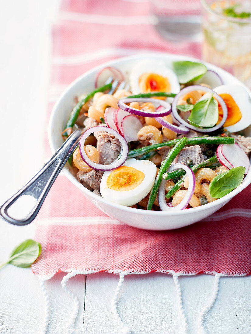 Salad of coquillettes with tomatoes, tuna, hard-boiled egg and crunchy vegetables