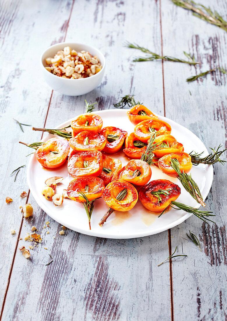 Aprikosenspiesse auf Rosmarinzweigchen