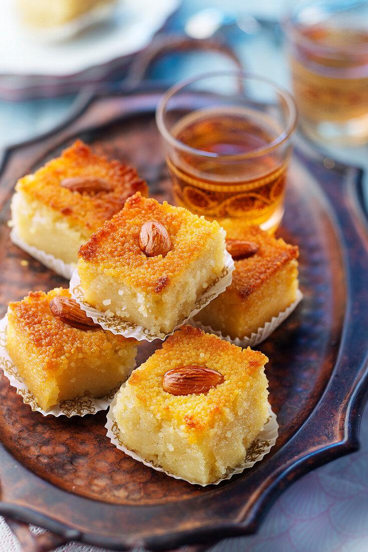 Kalb al Louz (algerischer Griesskuchen mit Mandelherz) mit Orangensirup
