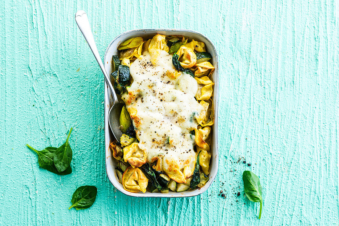 Tortellini gratin with green vegetables and mozzarella