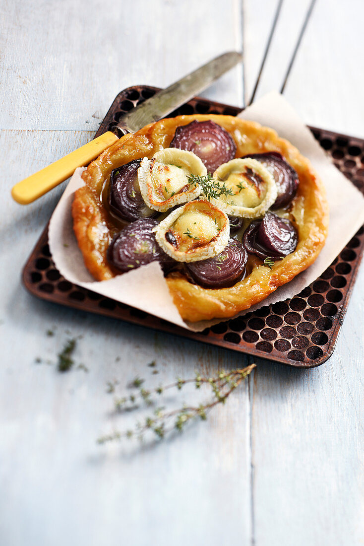 Tatin with red onions, goat cheese and thyme