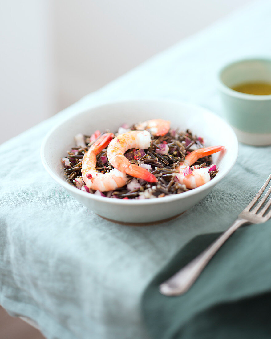 Black rice salad with shrimps and red onion