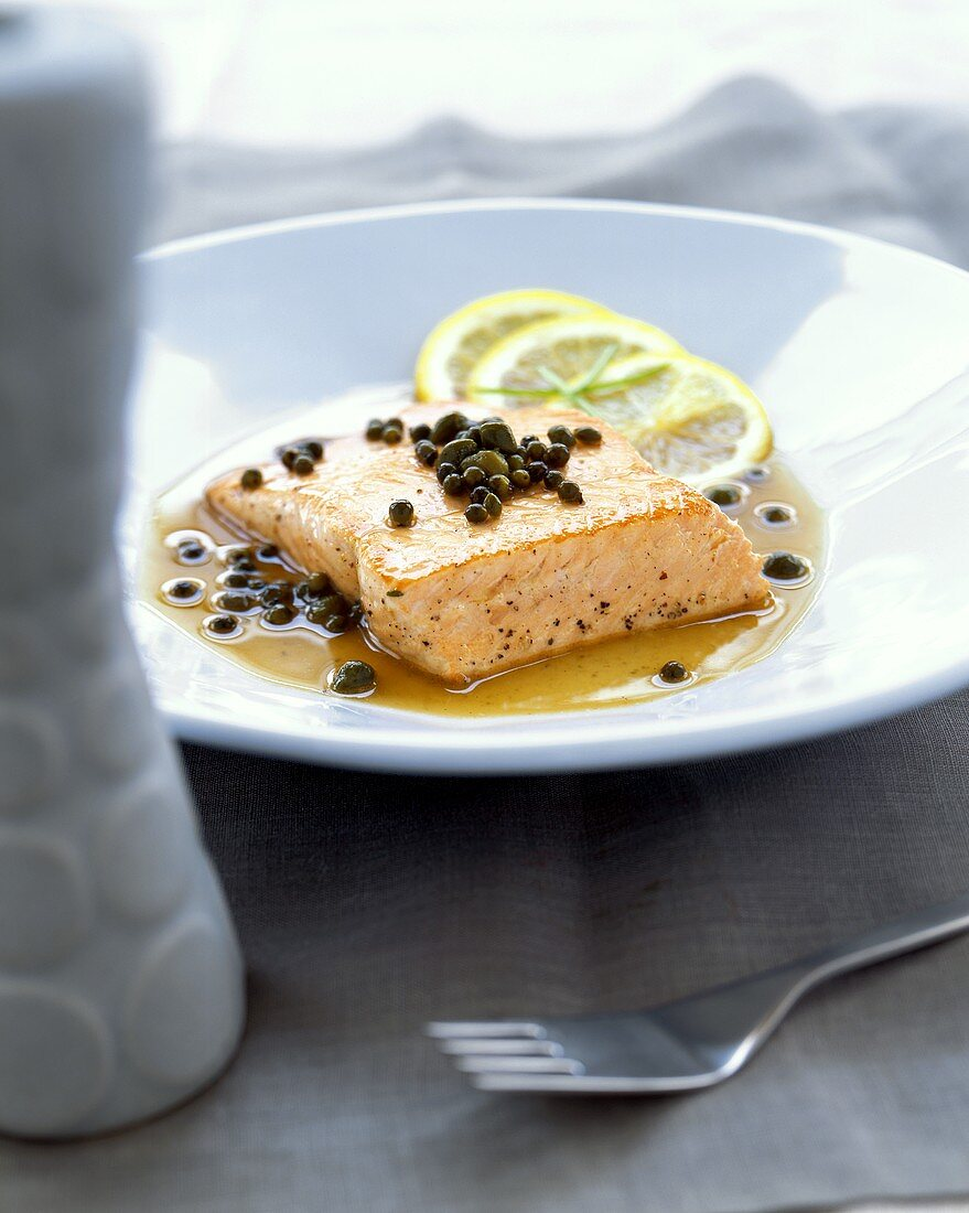 Salmon fillet with capers and green pepper