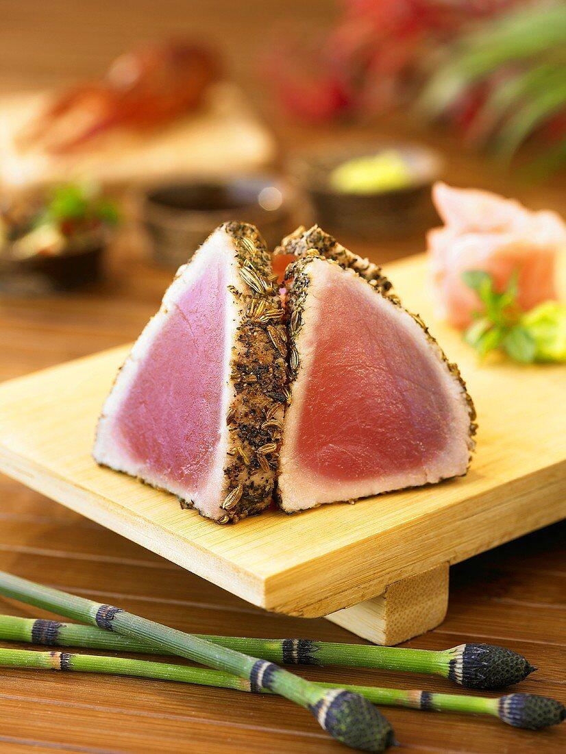 Kurzgebratene Thunfischfilets auf Sushibrett