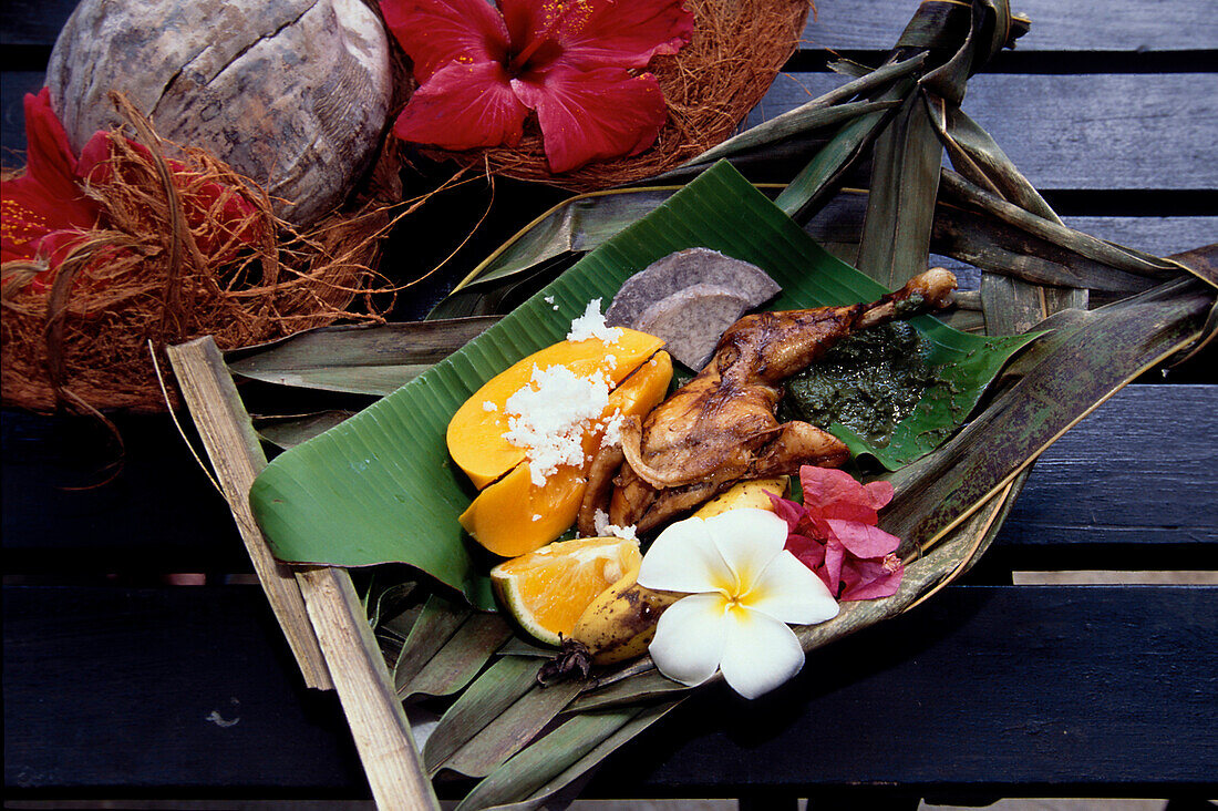 Traditionelles Gericht auf Bananenblatt, Rarotonga Cook Islands