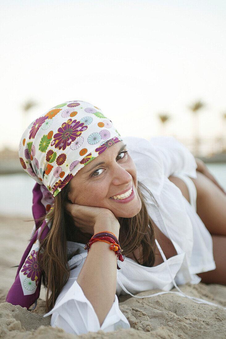 Junge Frau am Strand - Bild kaufen - 70052814 lookphotos