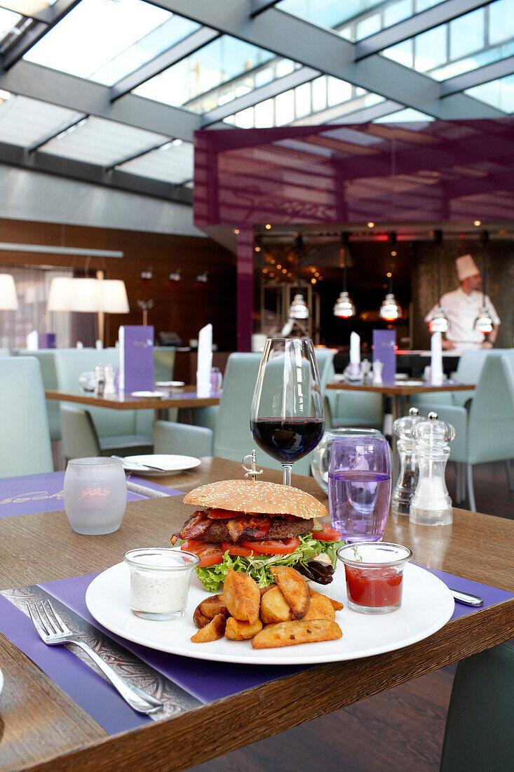 Spagos Restaurant, Burger Menü, Park Inn Hotel, Alexanderplatz, Berlin, Deutschland