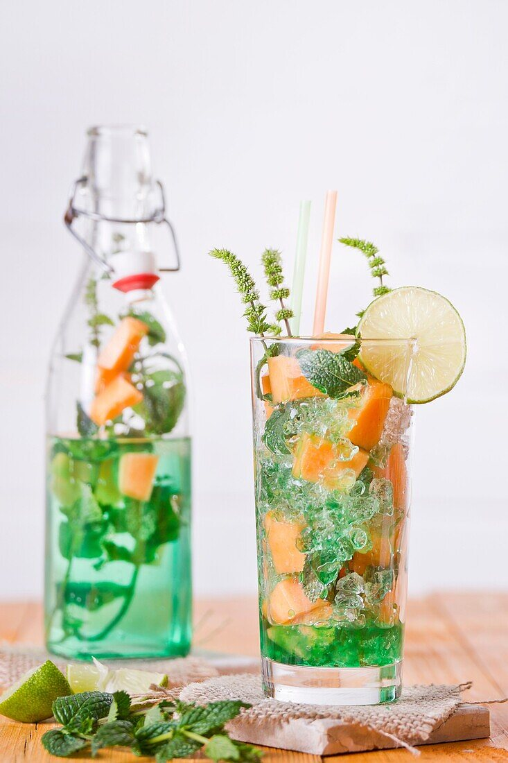 Presentation of the aperitif made from fruit, melon and mint.