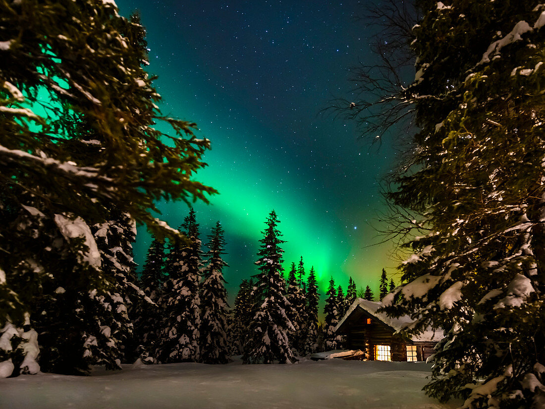 Blockhütte unterm Nordlicht in Luosto, Pyhä-Luosto Nationalpark, finnisch Lappland
