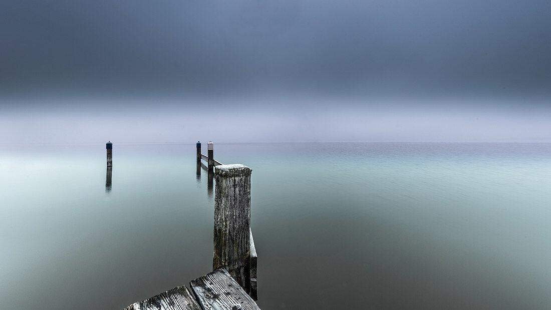 Nebliger Wintermorgen am Steg, Starnberger See, Seeshaupt, Bayern, Deutschland