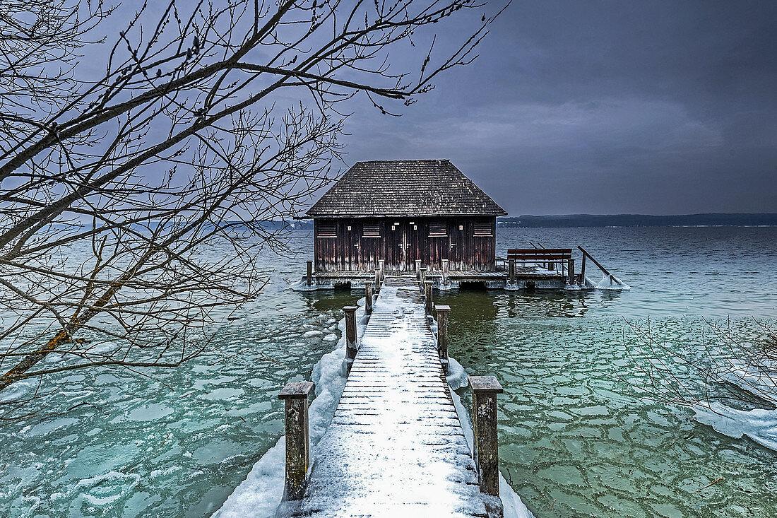 Wintermorgen am Starnberger See, beschneiter Steg mit Bootshütte, Bernried, Bayern, Deutschland