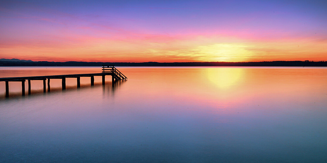 Steg bei Sonnenuntergang am Starnberger See, Bayern, Deutschland