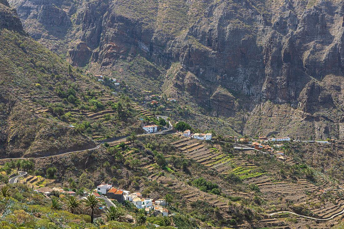 Sicht über gebirgige Landschaft mit kleinen Dörfern im Teno Gebirge, Teneriffa, Spanien