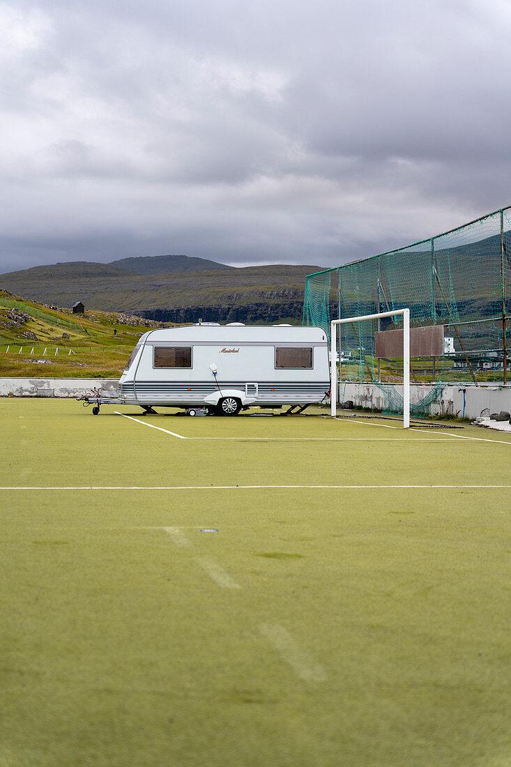 Campingplatz auf dem ehemaligen Fußballplatz im Nordosten von der Ortschaft Eiði, Eysturoy, Färöer Inseln