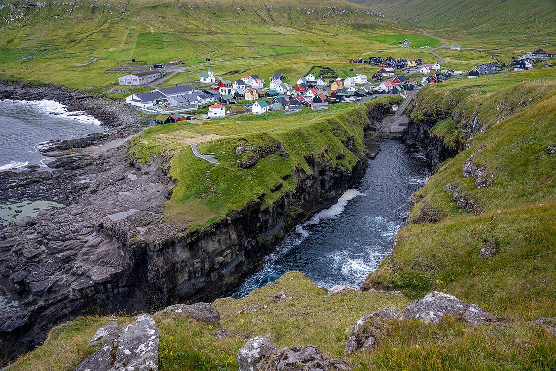 Natürlicher Hafen vom Fischerort Gjógv mit beeindruckender Landschaft, Gjógv, Färöer Inseln