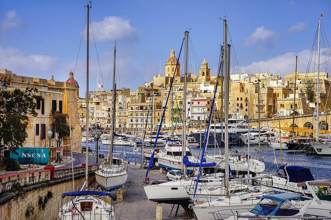 Blick auf Hafen und Stadt bei herrlichem Wetter, Drei Städte, Vittoriosa, Valletta, Malta, Europa