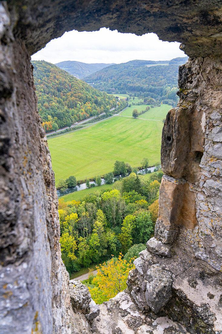 Blick durch eine Maueröffnung der Burgruine Neideck auf das Wiesenttal, Franken, Bayern, Deutschland
