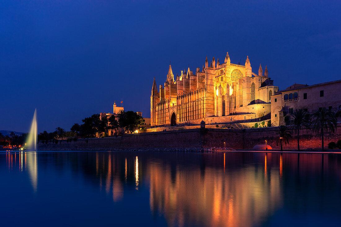 Die Kathedrale von Palma de Mallorca zur blauen Stunde, Mallorca, Spanien
