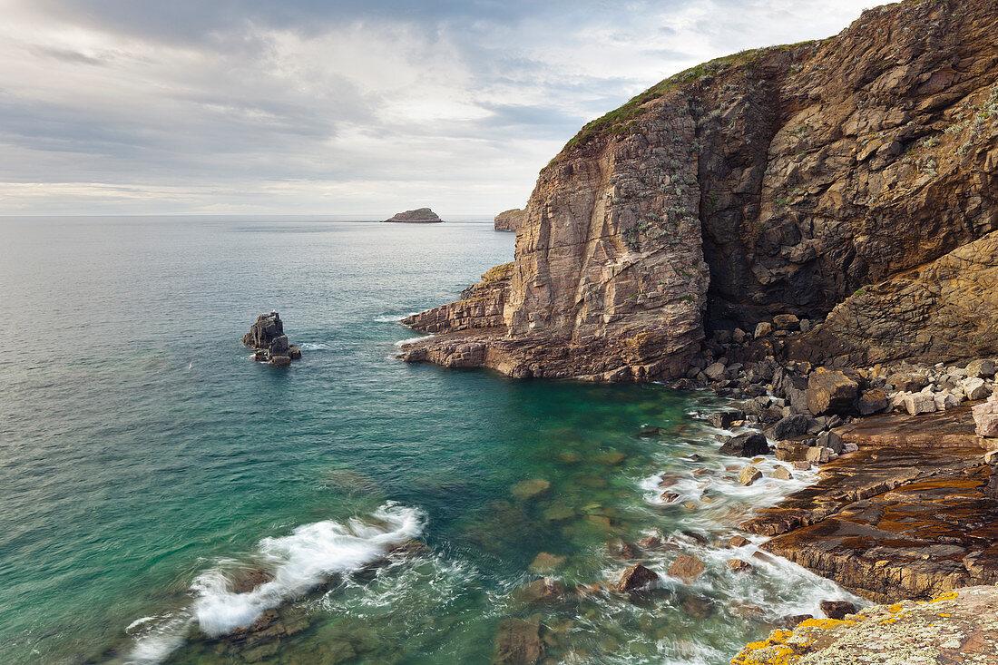 Smaragdfarbenes Meer umspühlt die Felsen am Cap Frehel, Bretagne, Frankreich