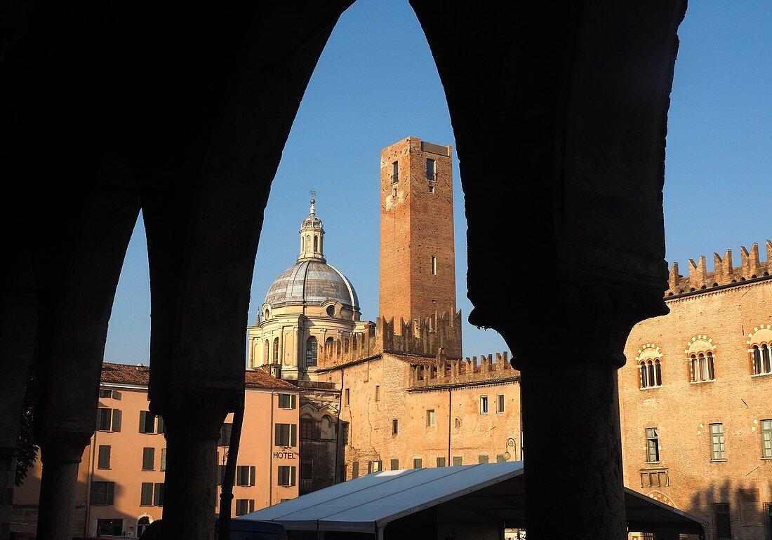 Blick zur Basilika vom Piazza Sordello, Mantua, Lombardei, Italien