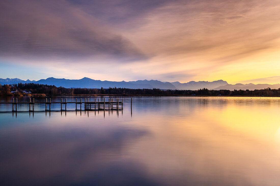 Steg am Starnberger See bei Sonnenuntergang mit Blick auf die Berge, St. Heinrich, Bayern, Deutschland