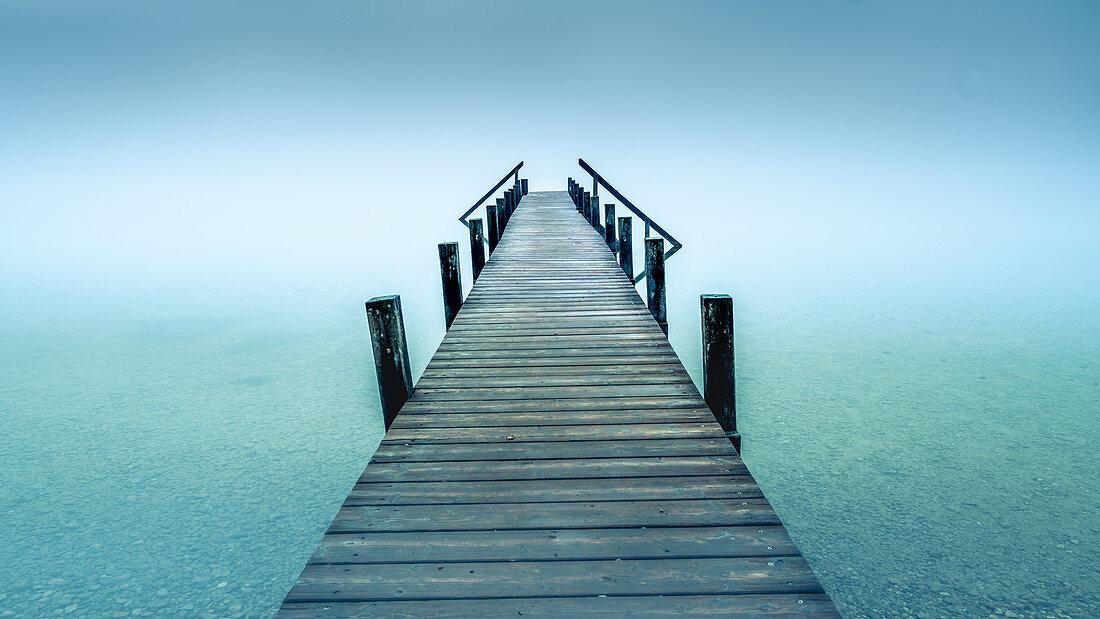 Steg im Nebel am Starnberger See, Garatshausen, Bayern, Deutschland