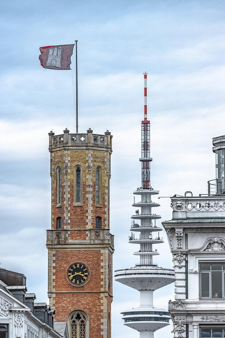 Blick auf den Turm der Alten Post mit dem Fernsehturm im Hintergrund, Hamburg, Deutschland