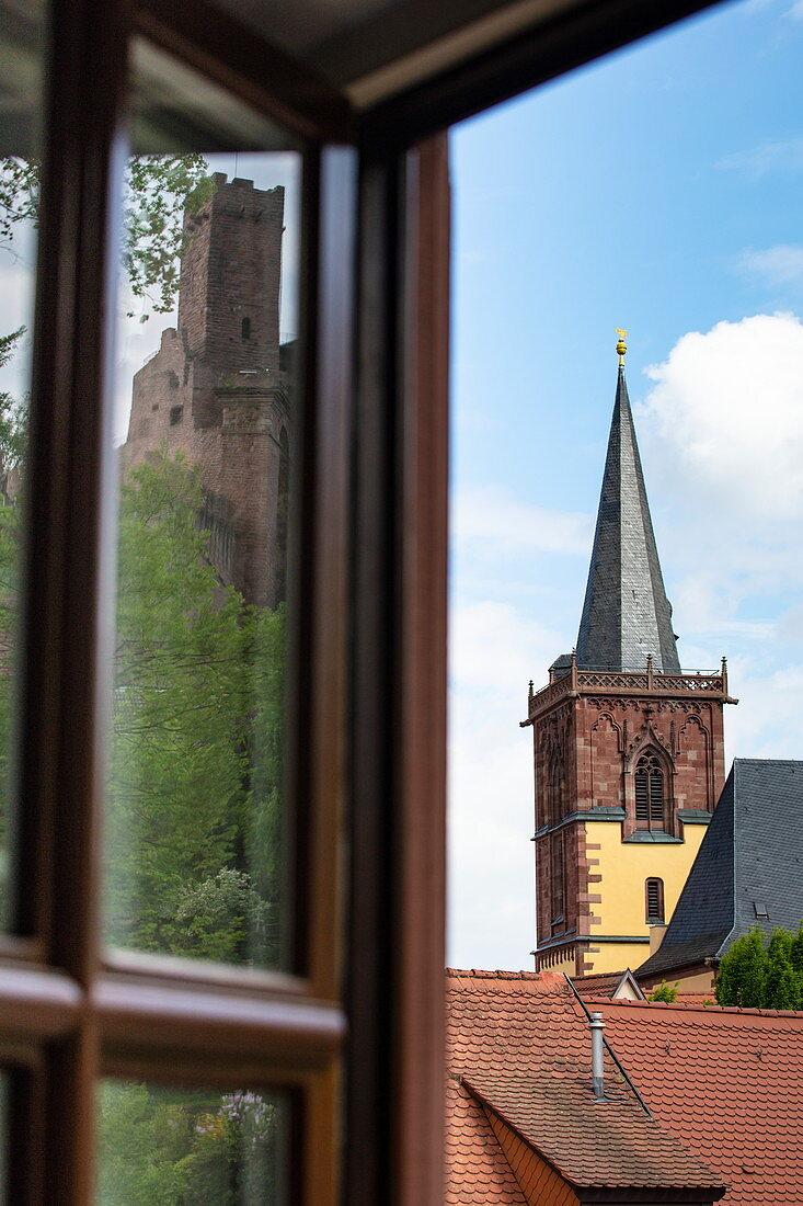 Spiegelung von Burg Wertheim in einem Fenster und Kirchturm, Wertheim, Spessart-Mainland, Franken, Baden-Württemberg, Deutschland, Europa