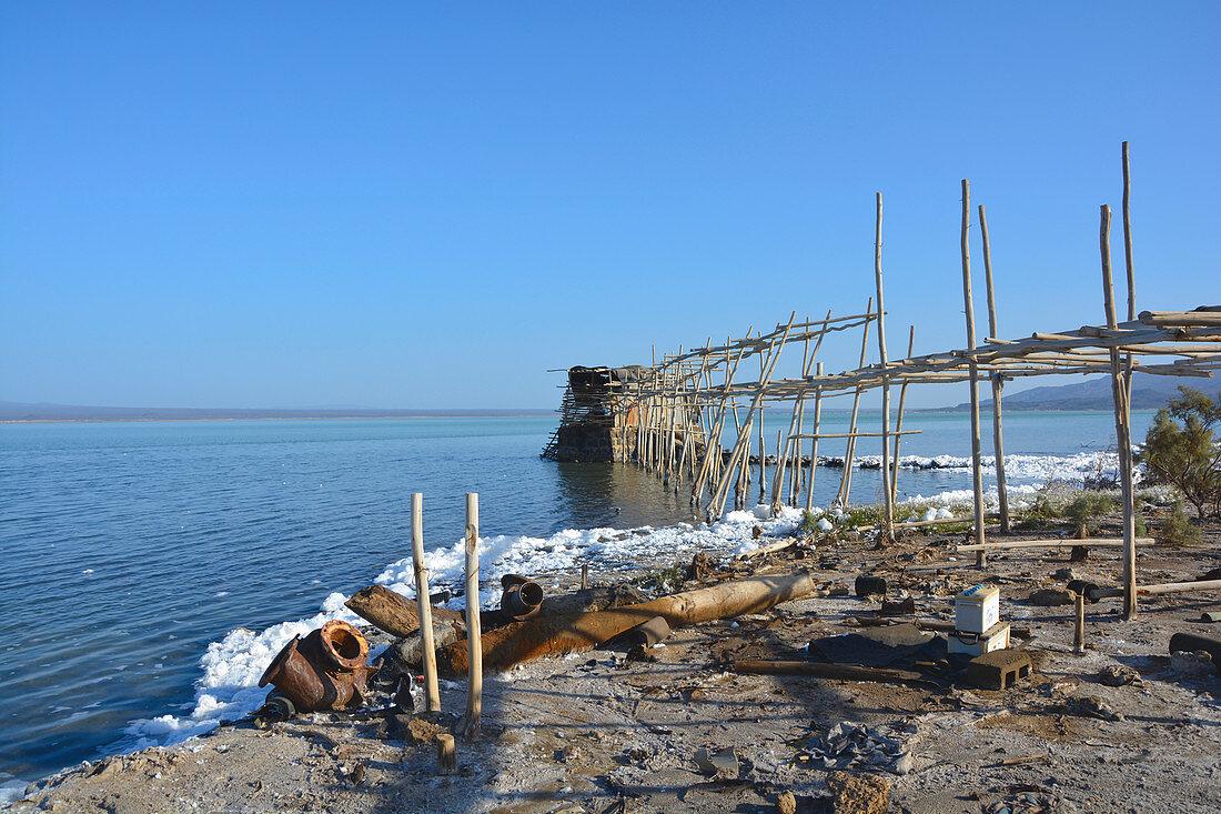 Äthiopien; Region Afar; Danakil Wüste; Pumpstation am Ufer des Afrera See; großflächiger Salzabbau um den See