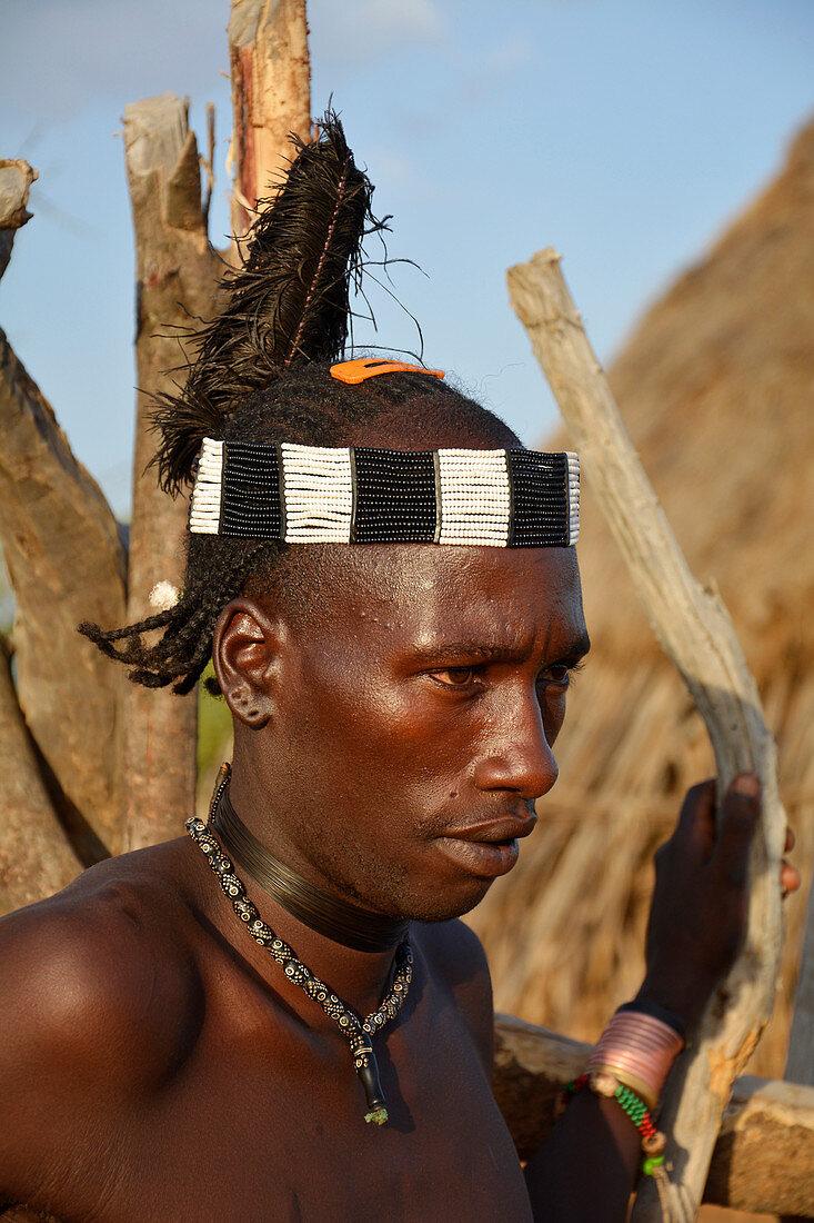 Äthiopien; Region der südlichen Nationen; Hamer Dorf in der Nähe von Turmi; junger Hamer Mann mit Kopfschmuck