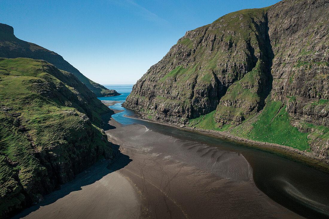 Bucht mit Sand und Wasserlauf bei Saksun auf der Insel Streymoy der Färöer Inseln