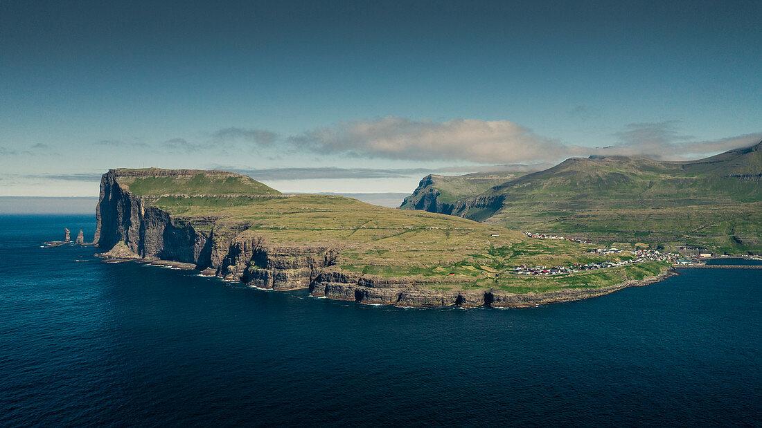 Felsen Risin og Kellingin auf Färöer Inseln am Tag bei Sonne und blauem Himmel