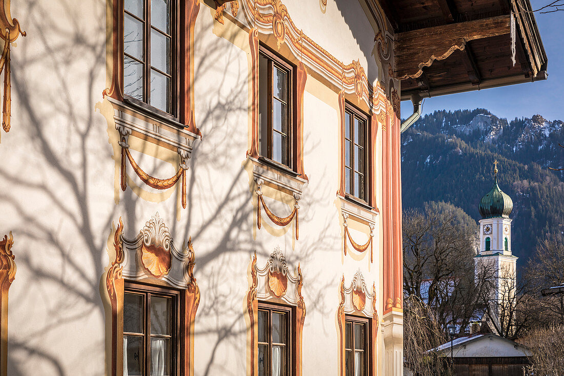 Historic house with Lüftlmalerei with Church of St. Peter and Paul, Oberammergau, Upper Bavaria, Bavaria, Germany