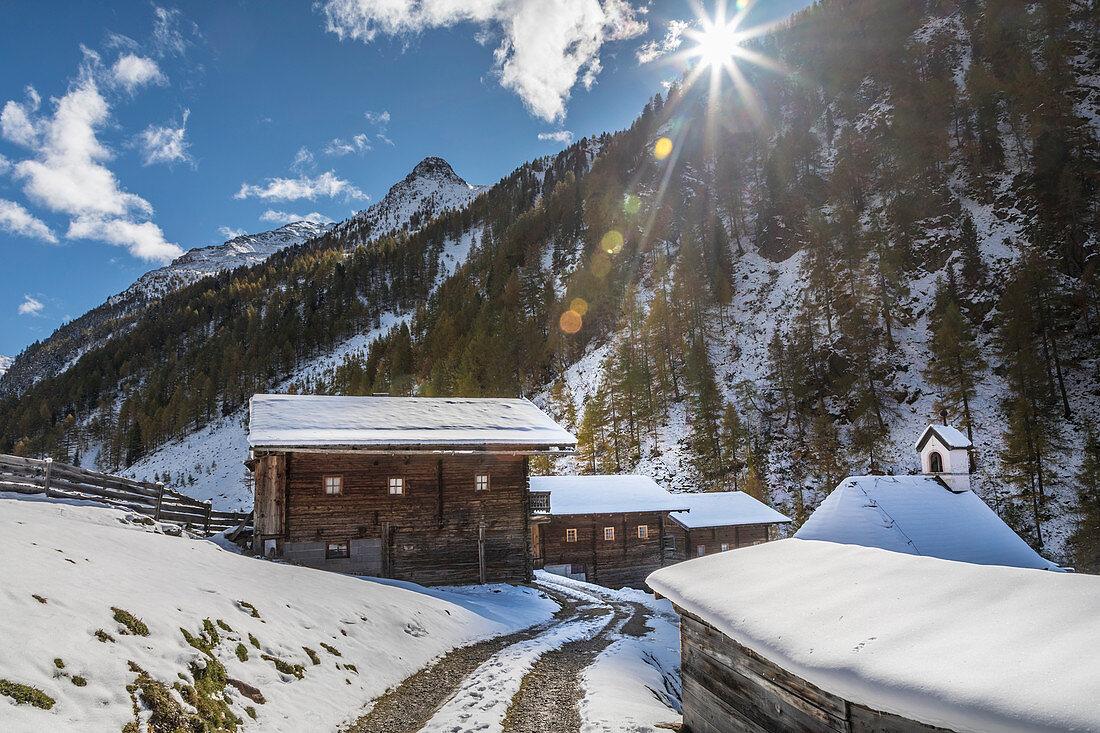 Weg durch alte Hütten auf der Oberstalleralm im Villgratental, Osttirol, Tirol, Österreich