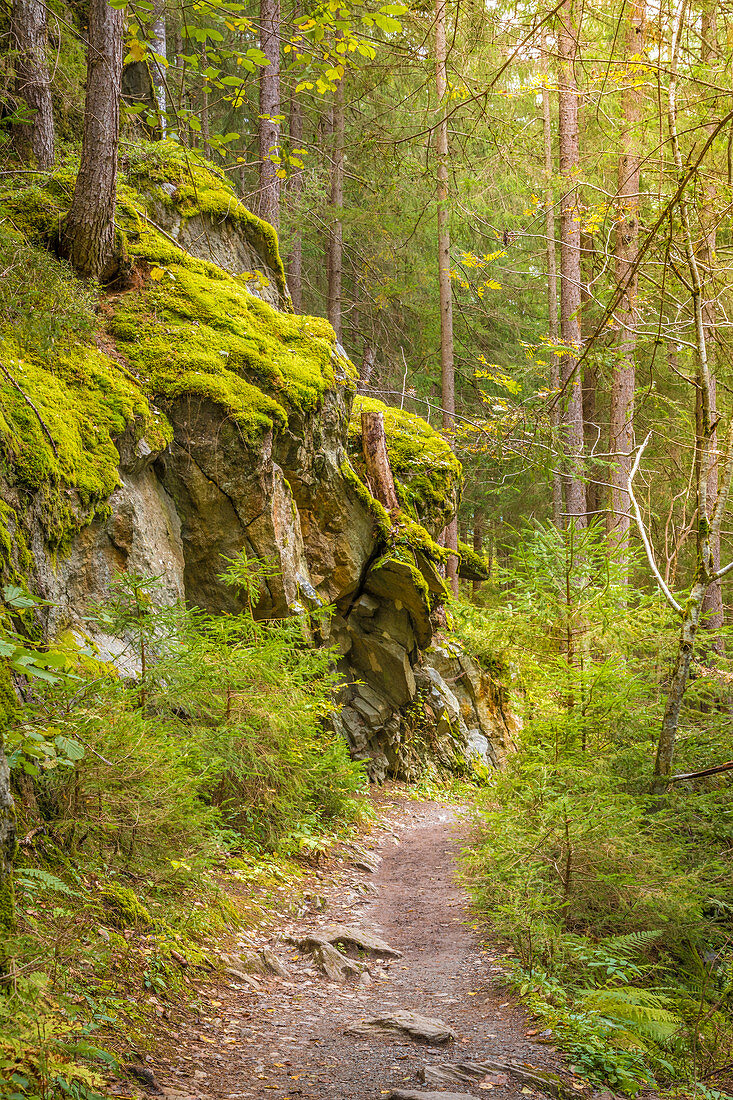 Weg durch das Felsenmeer am Piburger See in den Ötztaler Alpen, Oetz, Tirol, Österreich
