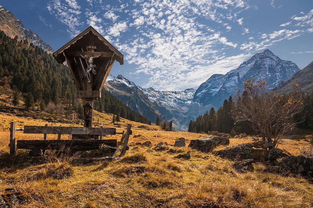 Marterl im Lüsenstal mit Lüsener Fernerkogel (3.299 m), St. Sigmund im Sellrain, Stubaier Alpen, Tirol, Österreich