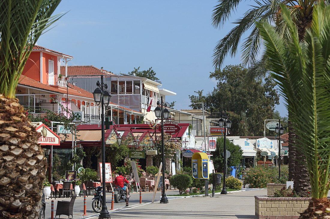 Uferpromenade des Orts Nydri, Insel Lefkada, Ionische Inseln, Griechenland