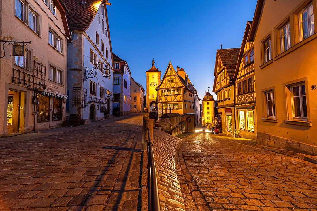 """Berühmte Gabelung """"Plönlein"""" zur blauen Stunde in Rothenburg ob der Tauber, Mittelfranken, Bayern, Deutschland"""