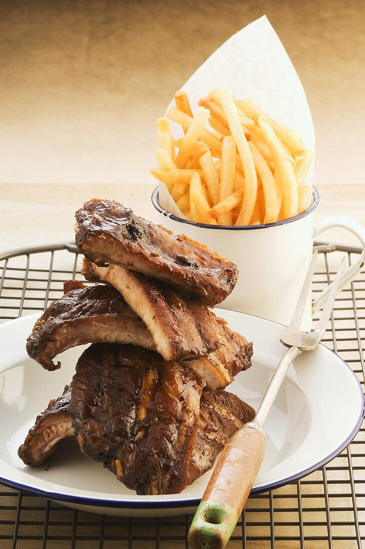 Beer-glazed spare ribs and chips