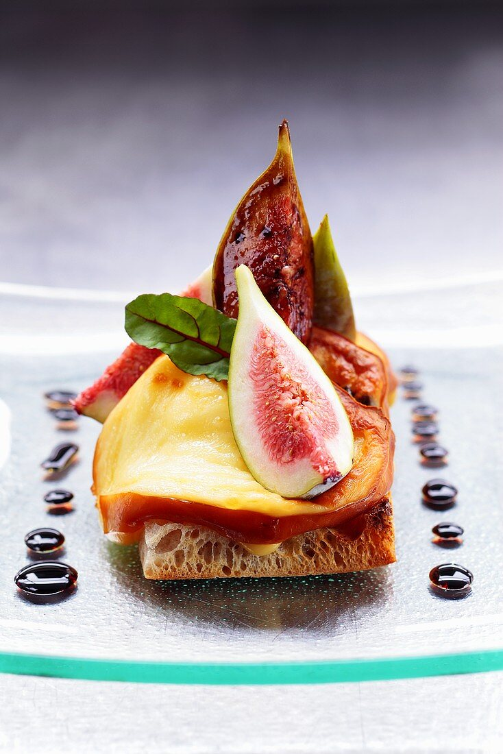 Oscypek (Polish smoked cheese) and figs on toast