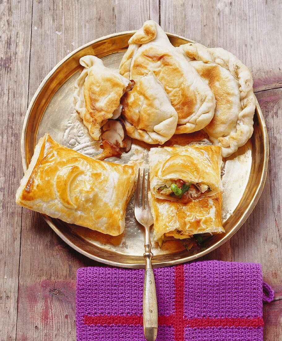 Mantrali ekmek, Kare böregi (filled pastries; Turkey)