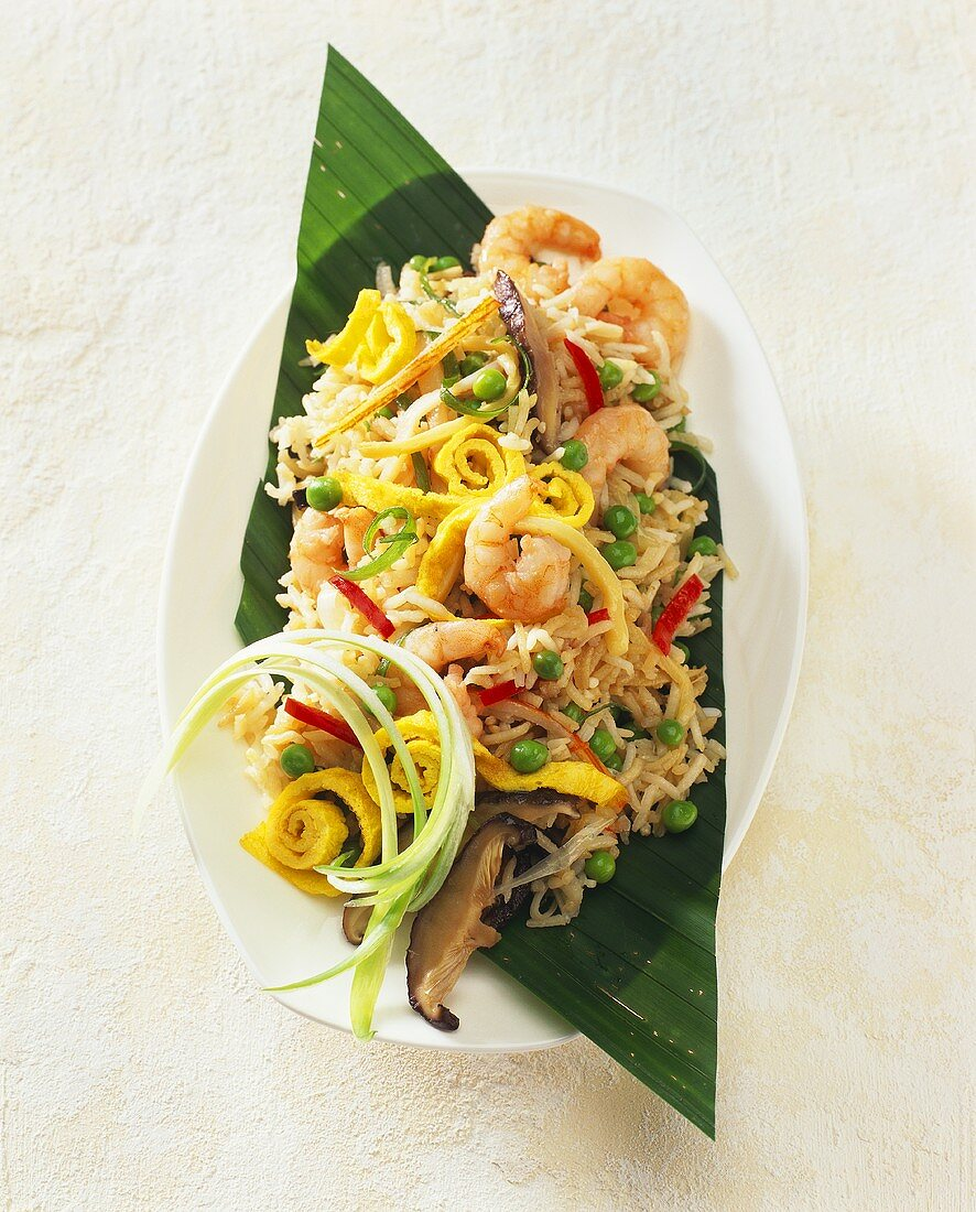 Fried rice with shrimps and strips of omelette (China)