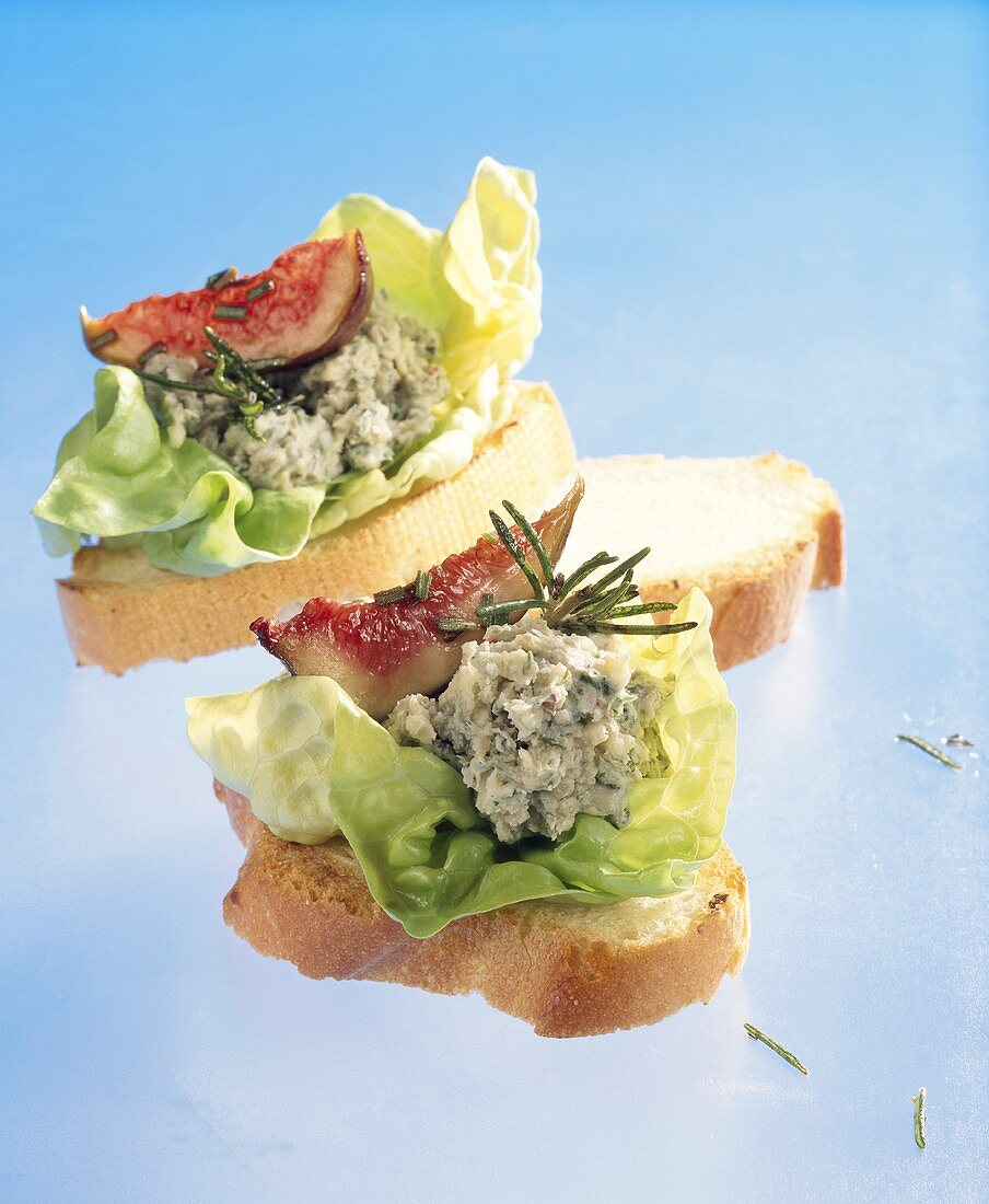 Canapés with marinated Stilton and figs with rosemary