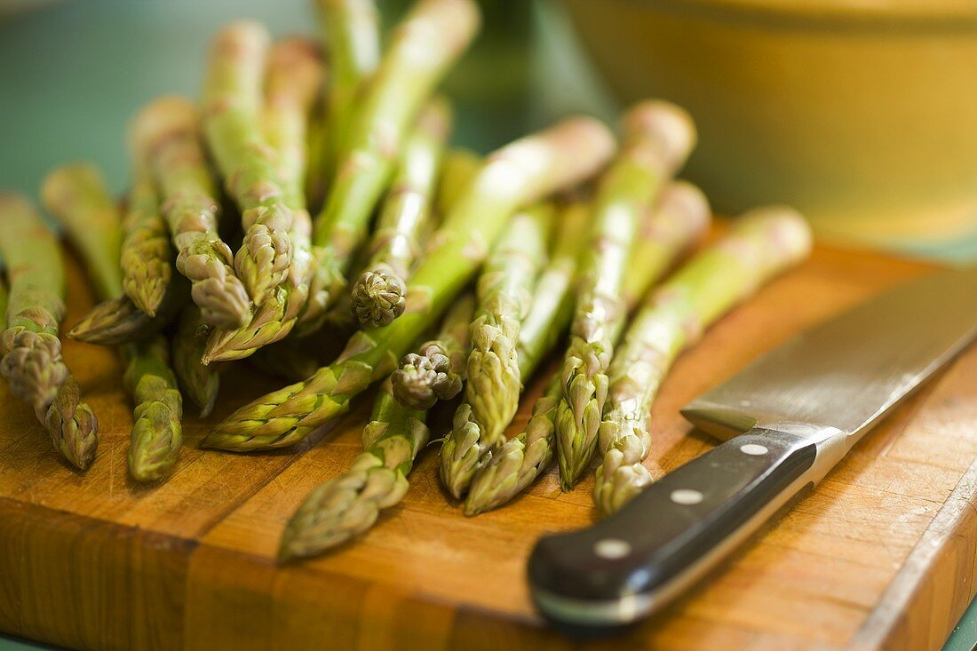 Green asparagus with knife