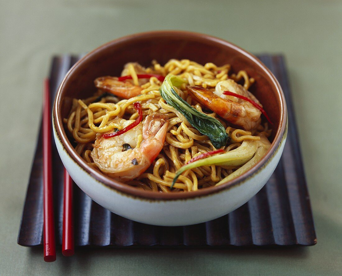 Pan-cooked noodle dish with scampi and vegetables
